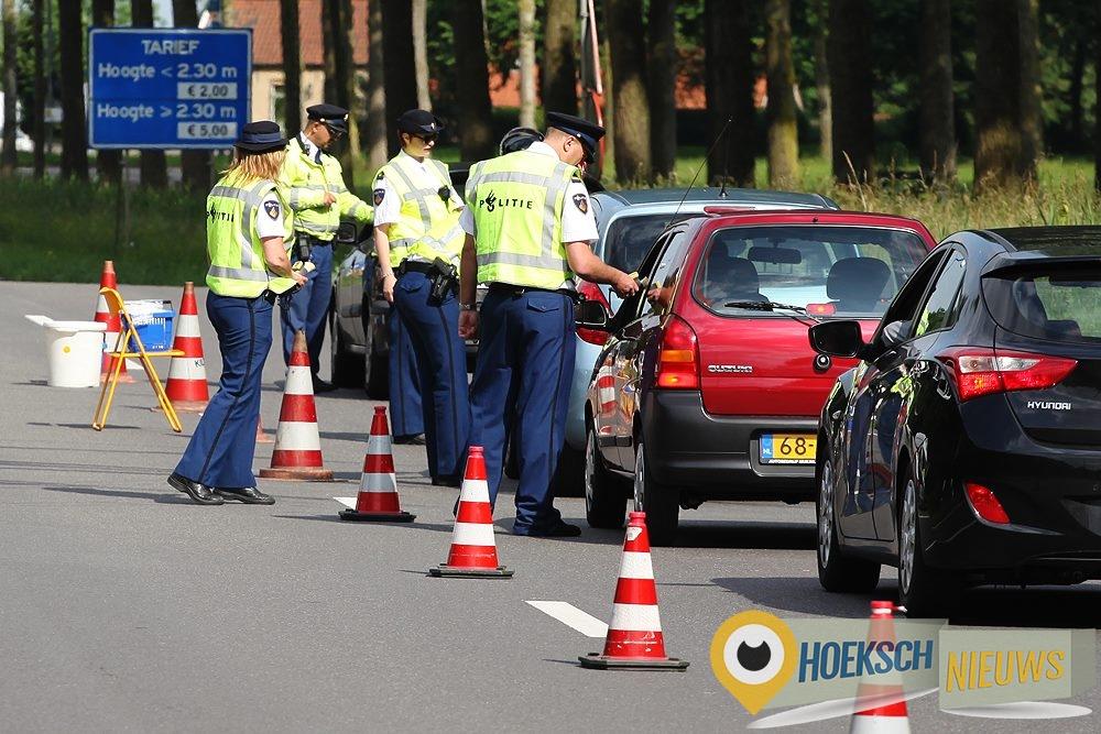 Grote alcohol controle gehouden in 's-Gravendeel Vrijdag 30 mei 2014  - Foto Jeffrey Groeneweg