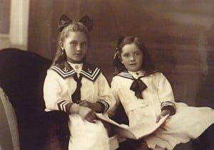 Zusjes: Wilhelmina Adriaantje Hartman en Adriaantje Wilhelmina Hartman In de voor die jaren trendy kinderkleding. (Foto: 1920)