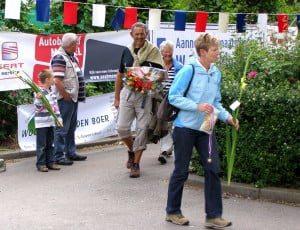 De Seuterwandelvierdaagse was al vanaf het begin een succes. Wandelaars ontvangen na afloop o.a. een medaille (Archieffoto: Arie Pieters©)