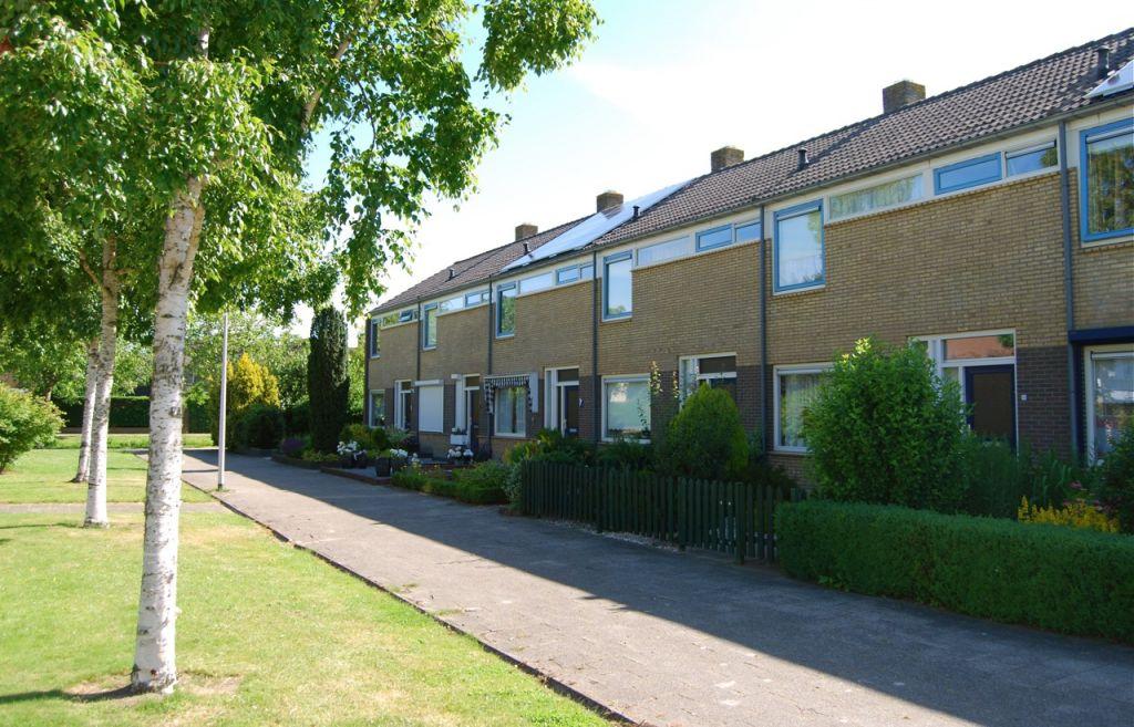 In de v. Ostadestraat in Oud-Beijerland krijgen div. woningen zonnepanelen op het dak.