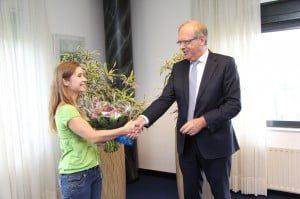 20140711 Wethouder Henk van Etten feliciteert Lisa van der Mark met haar bijzondere prestatie