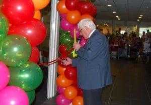 Dhr. Boudewijns, voorzitter van de lokale ANBO in 's-Gravendeel, nam de opening voor zijn rekening. (Foto: Arie Pieters/HW Wonen©)