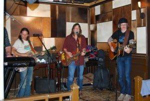 Walt Wilkins en The Mystiqueros stonden afgelopen zaterdagavond 'ineens' op het podium        van Grand Café Buffels in 's-Gravendeel. (Foto's: Arie Pieters©)