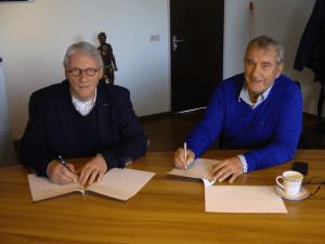 Voorzitter Arjon van der Giesen en Marcus Reedijk van ETD Strijen ondertekenen het sponsorcontract met FC Binnenmaas