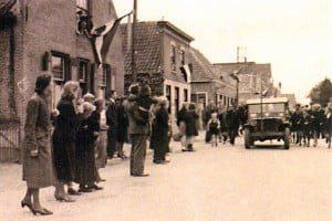 Mei 1945. Onze bevrijders trekken 's-Gravendeel binnen.bevrijders, oorlog, canadezen,