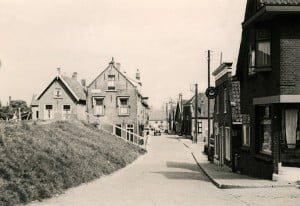 Beneden Havendijk vanaf de Kaai met rechts winkel van bakker Teun Aardoom. 1952.