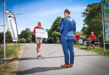 Bram van Hemmen neemt symbolisch cheque van 75 duizend euro van Roparunteam Hoeksche Waard Runners in ontvangst - Foto Gemeente Hoeksche Waard