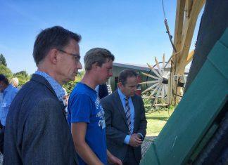 Wethouder van Waveren samen met molenaar Ruben Viergever en burgemeester Bram van Hemmen - Foto gemeente Hoeksche Waard