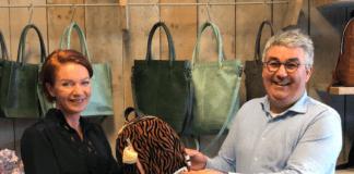 Links op de foto: Chantal Slegers, oprichtster en oud-eigenaresse van ZEBRA. Rechts op de foto: Bas Duifhuizen, directeur Dugros en nieuwe eigenaar ZEBRA. - Foto Dugros